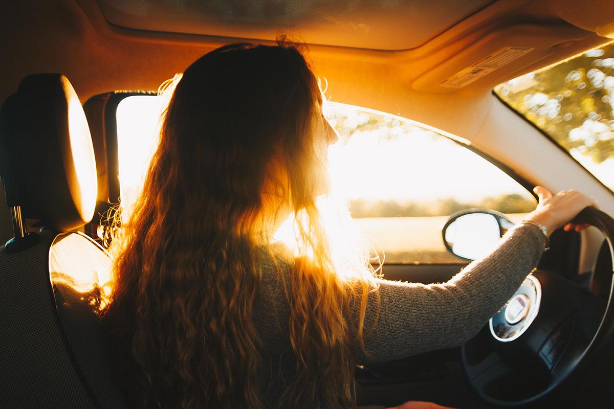 Žena řídicí auto